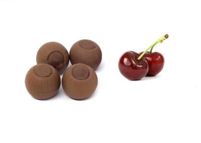 Bombón de chocolate con leche y cereza