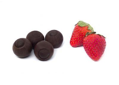 Bombón de chocolate negro y fresa