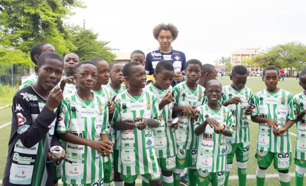 Los niños de la Escuela de Fútbol de Guinea Ecuatorial aprenden con Diverfruit a comer fruta natural de una forma diferente y divertida